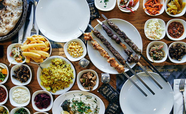 שיפודי שמחה טבריה שולחן (צילום: אמיר מנחם, אוכל טוב)