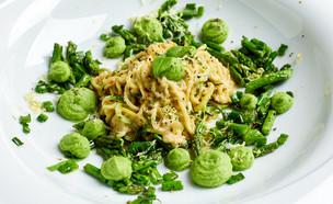 ספגטי זוקיני ברוטב שמנת ושקדים עם ירקות ירוקים (צילום: אמיר מנחם, אוכל טוב)