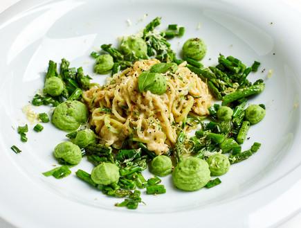 ספגטי זוקיני ברוטב שמנת ושקדים עם ירקות ירוקים
