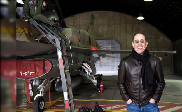 """משועמם? ג'רי סיינפלד מבקר בבסיס חיל האוויר (צילום: מתוך """"ערב טוב עם גיא פינס"""", קשת 12)"""