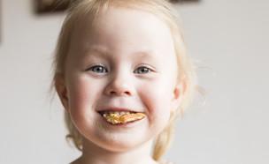 ילדה עם עוגיה בפה (אילוסטרציה: kateafter | Shutterstock.com )