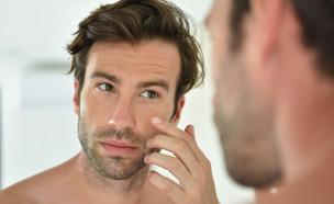 גבר במראה (צילום: kateafter | Shutterstock.com )
