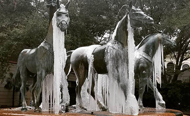 פסלים שקפאו ממזג האוויר (צילום: CNN)