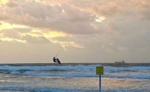גולש בחוף באשדוד (צילום: שמואל דוד)