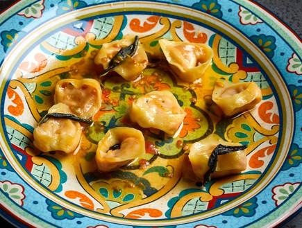 רביולי עגבניות ברוטב חמאה ומרווה