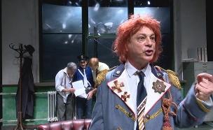 הפתעה בהצגה: מונולוג נגד נתניהו (צילום: החדשות)