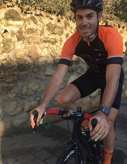 תום יצחקי על האופניים עם השעון (צילום: אליסה שודייב)