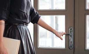 אישה פותחת את הדלת  (צילום: shutterstock)