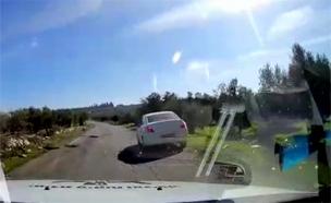 רכב התיירות שנכנס בטעות לתקוע (צילום: דוברות המשטרה)