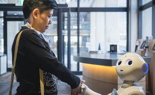 אדם ורובוט לוחצים ידיים (אילוסטרציה: kateafter | Shutterstock.com )