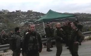 """הרמטכ""""ל גדי איזנקוט בסיור בזירת הפיגוע בחוות גלעד (צילום: חדשות 2)"""