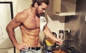 גבר במטבח (צילום: אינסטגרם)