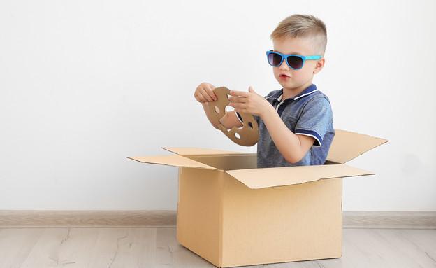 ילד משחק עם קופסאת קרטון (אילוסטרציה: By Dafna A.meron)