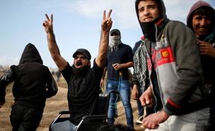 אברהים אבו-תוריא בזמן הפגנה בגבול (צילום: רויטרס)