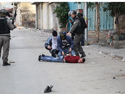 """מעצר חשוד פלסטיני בידי מסתערבי מג""""ב (צילום: דוברות מג""""ב)"""