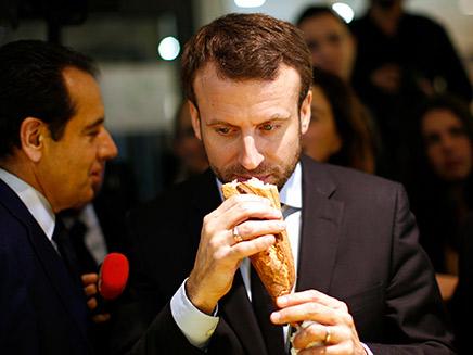 מקרון אוכל באגט, ארכיון (צילום: רויטרס)