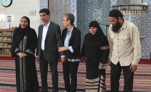 בני המשפחה במסגד (צילום: ללא)