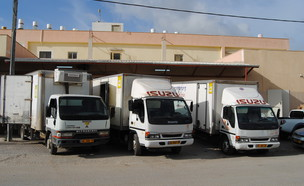 משאיות האספקה לפני יציאה של קייטרינג נשות חורה (צילום: ויקיפדיה)