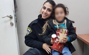 בת ה-7 ואחת השוטרות שליוו אותה (צילום: דוברות המשטרה)