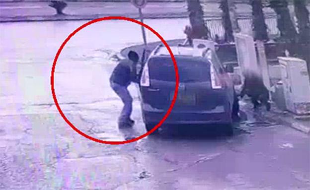 ממלא אוויר - וצופה ברכבו נגנב (צילום: דוברות המשטרה)