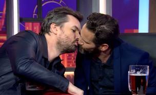 """גורי אלפי חולק נשיקה עם ג'ים ג'פריס מתוך """"היום בלי (צילום: קשת 12, יחסי ציבור)"""