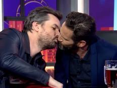 גורי אלפי חולק נשיקה עם ג