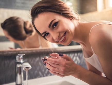 אישה שוטפת פנים
