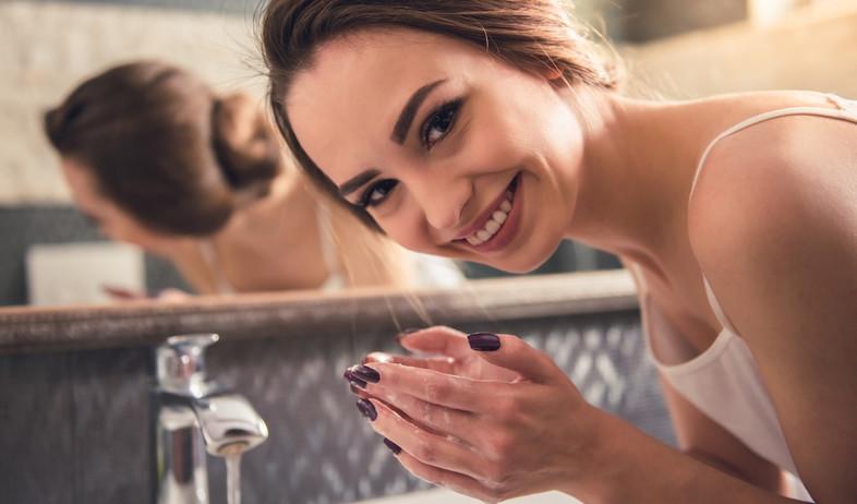אישה שוטפת פנים (צילום: shutterstock)