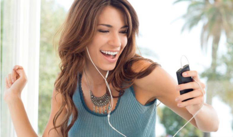 שומעת מוזיקה (צילום: ThinkStock)