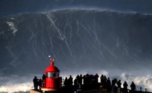 גל גדול ליד נזארה בפורטוגל (צילום: חדשות 2)