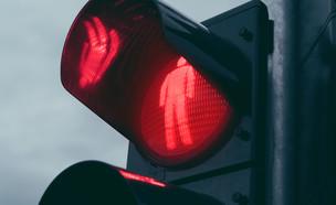 רמזול להולכי רגל מציג אור אדום (צילום: Igor Stevanovic, ShutterStock)