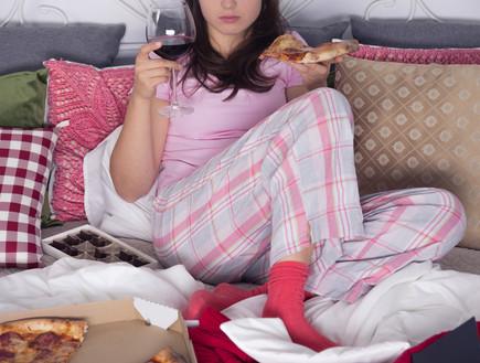 אוכלת במיטה (צילום: shutterstock)