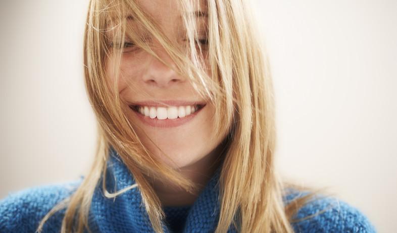 בחורה מחייכת מאושרת (צילום: realsimple.com, getty images)