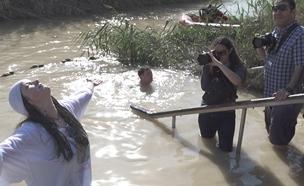 הצליינים שבאים לטבול בנהר הירדן (צילום: החדשות)