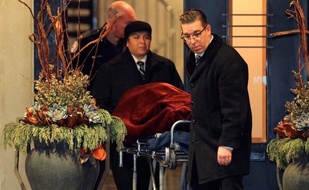 הוצאת גופותיהם של בני הזוג (צילום: רויטרס)