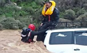 החילוץ הדרמטי בנחל חילזון (צילום: דוברות כבאות מחוז צפון)