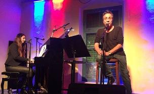 יהונתן גפן בהופעה בבית שפירא, אתמול (צילום: עיריית פתח תקוה/לשכת הדובר)