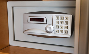 כספת בחדר המלון (צילום: Ander5, shutterstock)