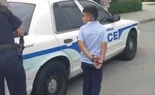 ילד באזיקים במיאמי (תמונת AVI: יוטיוב )