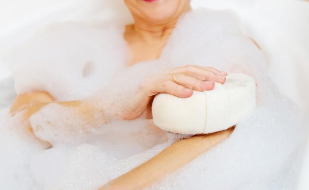 אישה מבוגרת באמבטיה (צילום: shutterstock)