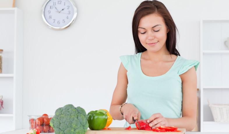 אישה חותכת ירקות (צילום: אימג'בנק / Thinkstock)