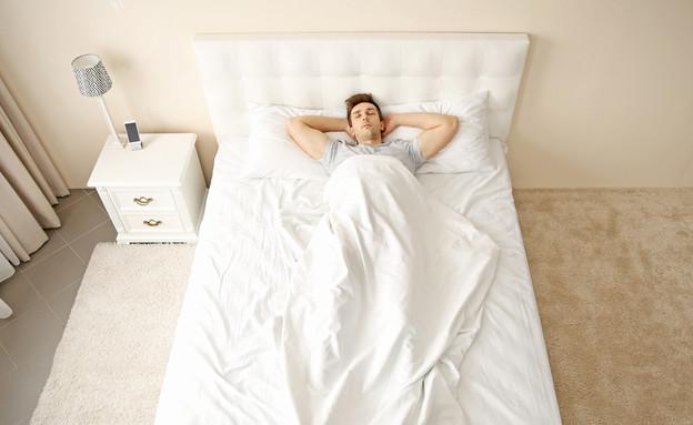 רווק ישן לבד במיטה גדולה  (צילום: By Dafna A.meron, shutterstock)