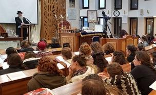 הרב שמואל אליהו בסמינר לבנות (צילום: חדשות 2)