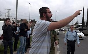 צעקות לעבר אלוף פיקוד דרום לאחר הפיגוע באריאל (צילום: חדשות 2)