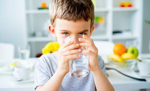 ילד שותה כוס מים (צילום: shutterstock)