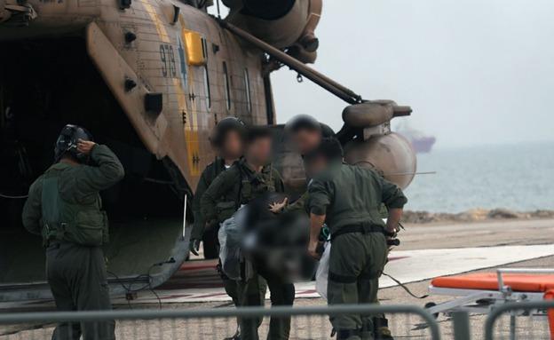 פינוי הטייסים הפצועים (צילום: שי וקנין/TPS)