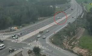 שכח את הבלם, האוטו חצה את הכביש (צילום: נתיבי ישראל)