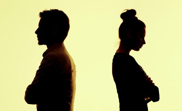 גבר ואישה רבים גב אל גב (צילום: conrado, Shutterstock)