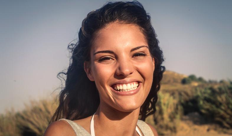 אישה מחייכת (צילום: Ollyy, Shutterstock)