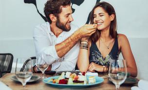 בחור מאכיל בחורה במסעדה (צילום: shutterstock)